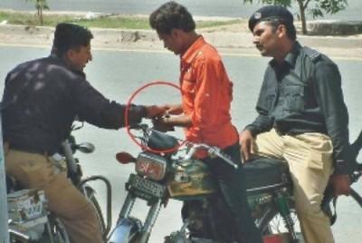 pakistan-police-caught-bribing